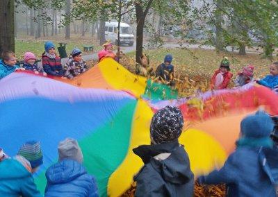 Dzieci podczas zabawy integracyjnej na otwartym powietrzu